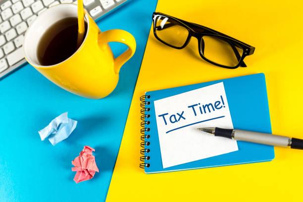 zaman - ihtiyaç bildirim formu accauntant işyerinde vergi, vergi iade dosyası için vergi - vergi stok fotoğraflar ve resimler