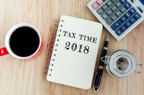 de tekst van de tijd van de belasting op kladblok - 2018 stockfoto's en -beelden