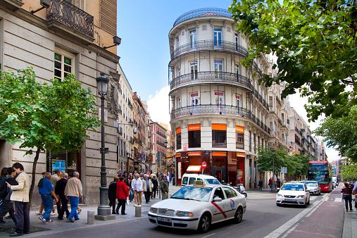 Taxi Y De Autobús En La Puerta Del Sol Square Madrid Foto de stock y más banco de imágenes de Adulto