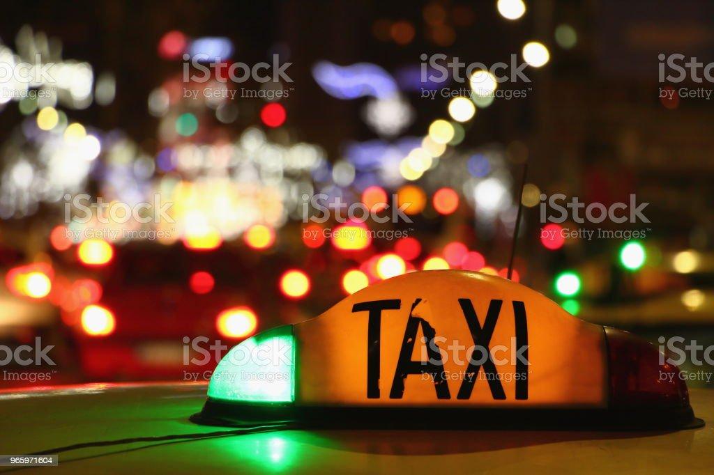 Taxi in der Nacht - Bukarest, Rumänien. - Lizenzfrei Auto Stock-Foto