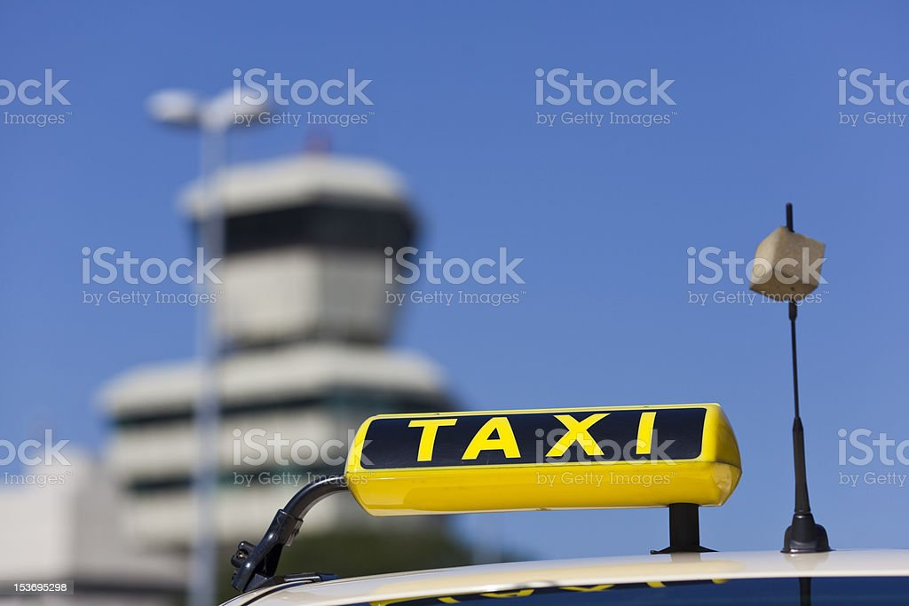Taxi vor airport tower – Foto