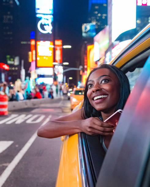 naik taksi di new york city - traveler new york potret stok, foto, & gambar bebas royalti