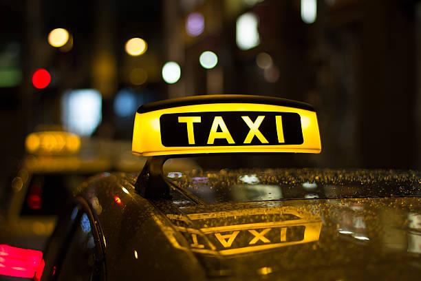 Taxischild bei Nacht, taxi Autos – Foto