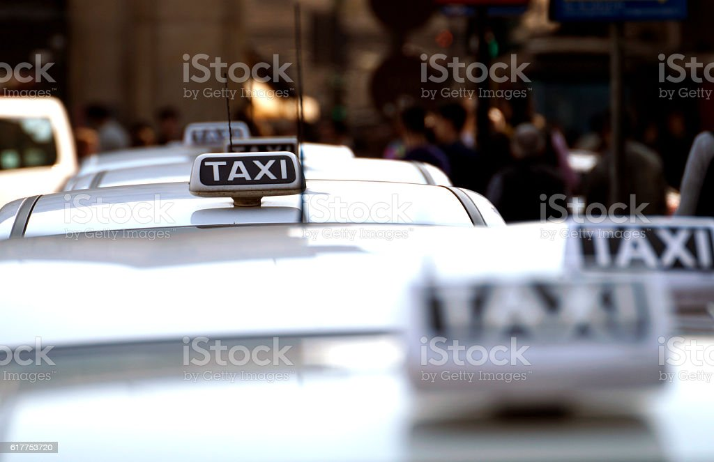 taxi signs blurry - foto stock