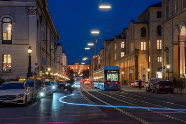 taxistand und straßenbahn in der maximilianstraße, münchen, nach einbruch der dunkelheit. - arbeit in münchen stock-fotos und bilder