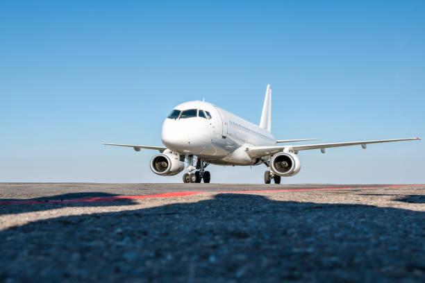 Taxifahrer ein weißes Passagierflugzeug auf dem Flughafenvorplatz – Foto