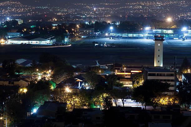flugzeug auf der startbahn rollen - guatemala stadt stock-fotos und bilder