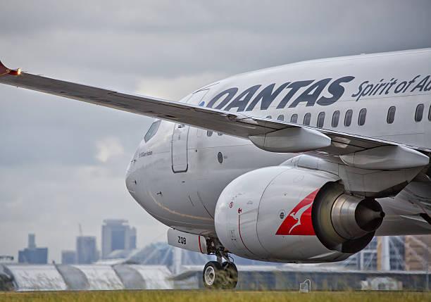 qantas 737 in rullaggio in sydney - qantas foto e immagini stock