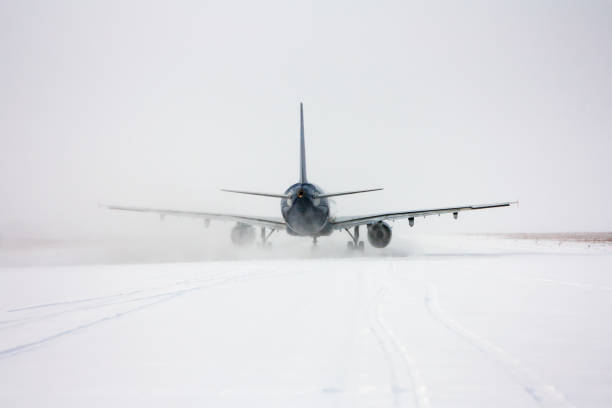 Taxiing passenger aircraft in a snow blizzard – Foto