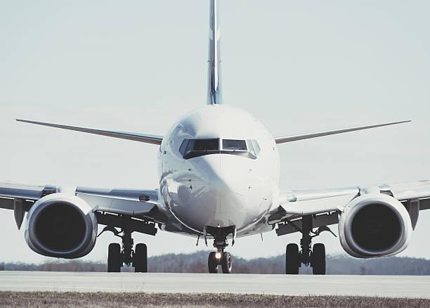 rodaje en tierra avión de pasajeros - aterrizar fotografías e imágenes de stock