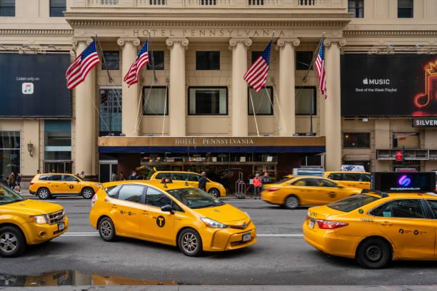 taxis warten vor einem luxushotel in new york city - hotel pennsylvania new york stock-fotos und bilder