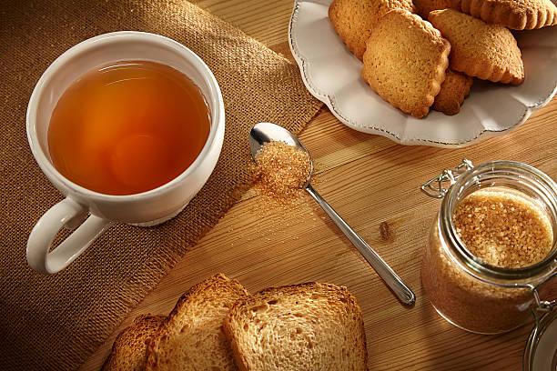 zucchero di canna per tazza di tè e - fette biscottate foto e immagini stock