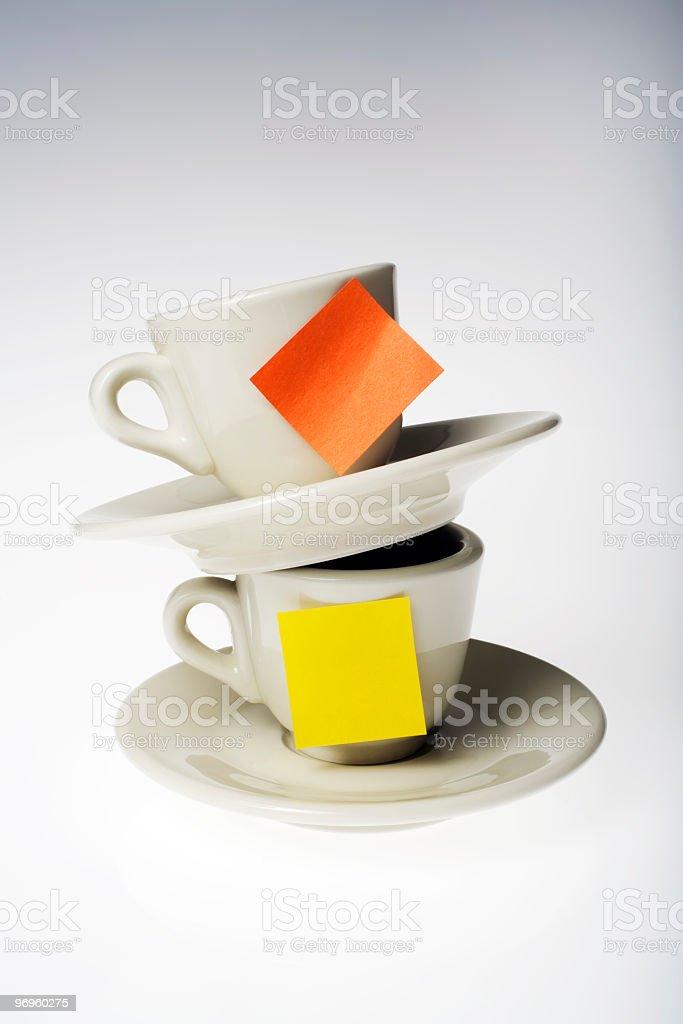 tazzine da caffè con post-it stock photo