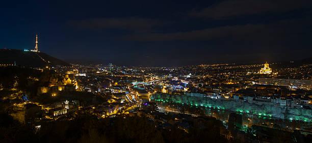 Tiflis-Skyline bei Nacht, Blick nach Nordwesten – Foto