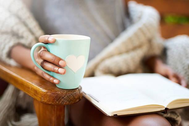 tea and a good book. what more do you need? - taza fotografías e imágenes de stock