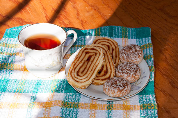 tea and cakes with roll on a towel in sunlight - marmeladenrezepte stock-fotos und bilder