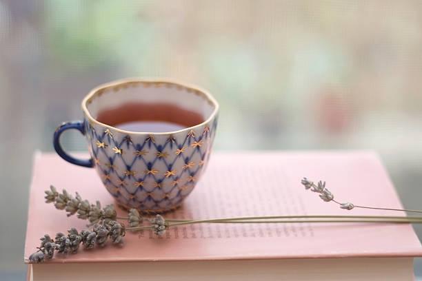 tea and lavender - theekop stockfoto's en -beelden