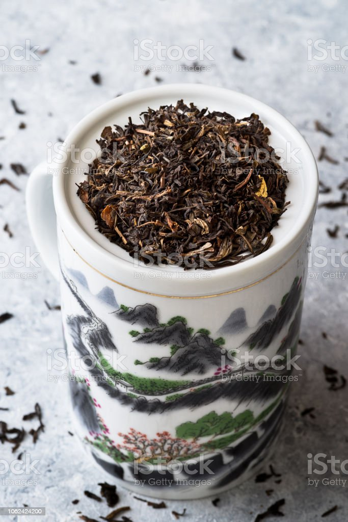 Tea and teacup with 'Great wall' design on delicate grey background - foto stock