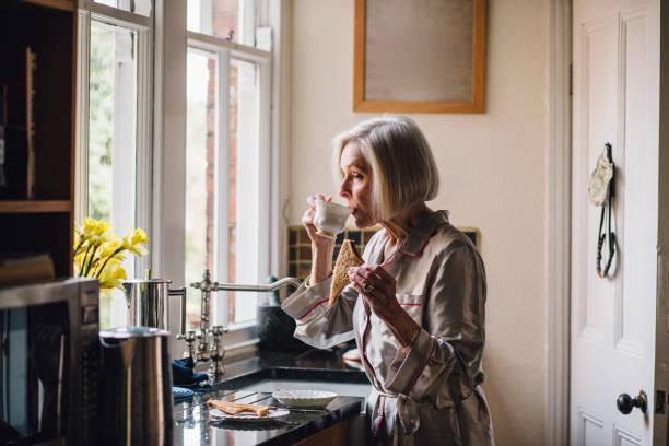 thé et pain grillé pour le petit déjeuner - veuve photos et images de collection