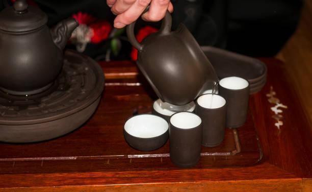 teezeremonie - keramikteekannen stock-fotos und bilder