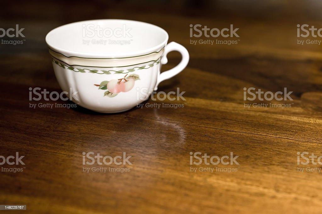 Teetasse auf Holztisch – Foto