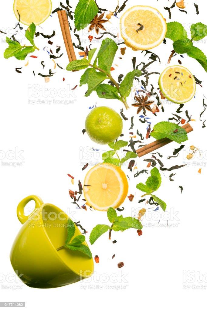 Fallen bis auf die Tasse Tee. Schwebende Tee. Konzept des Tees Lizenzfreies stock-foto