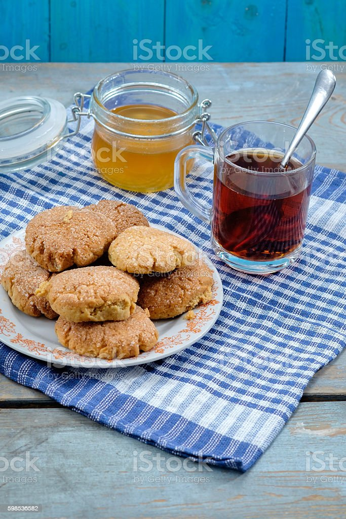 Tea, honey and honey cookies on wooden table photo libre de droits