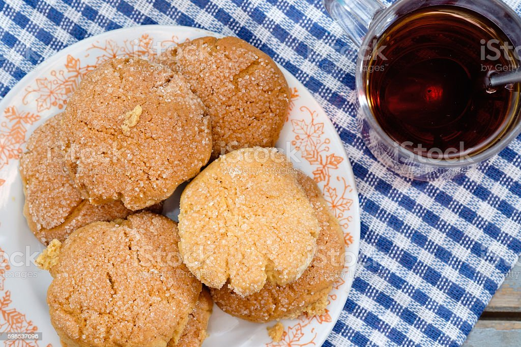 Tea, honey and honey cookies on wooden table photo libre de droits