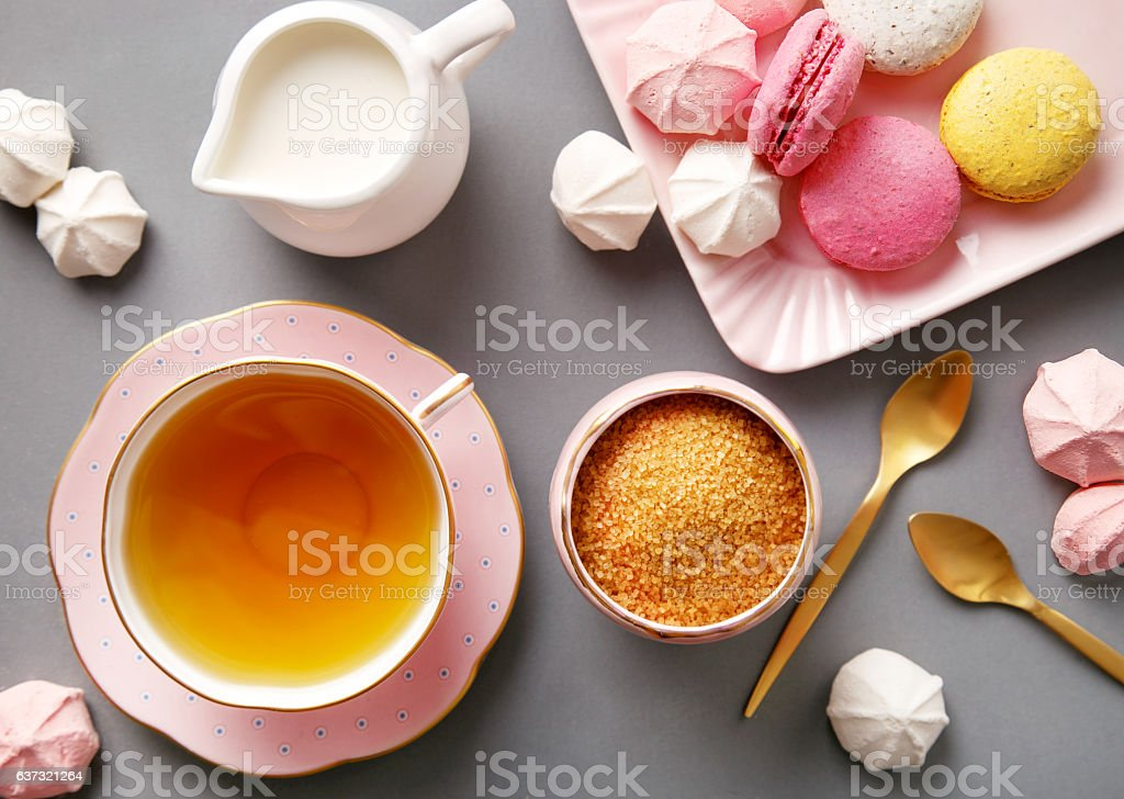 Tea in pink cup flat lay on gray background ストックフォト