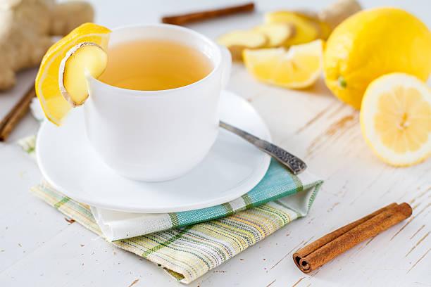 tee in weiß-cup mit ingwer, zitrone, zimt und honig - heiße zitrone stock-fotos und bilder