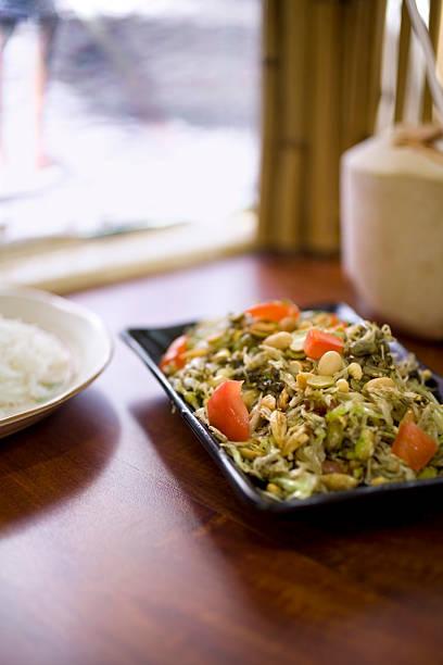 tea leaf-salat - erdnusssalatdressings stock-fotos und bilder