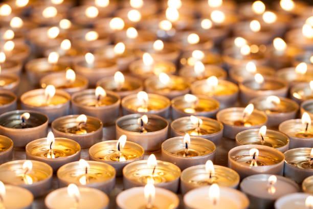 velas ligeras del té quema brillante. enfoque selectivo navidad y recuerdo la imagen. - memorial day fotografías e imágenes de stock