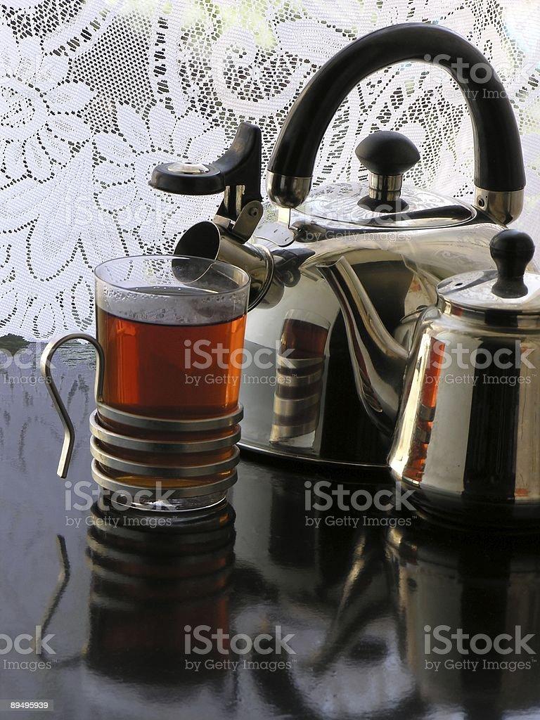 , bollitore tè e teiera metallizzata foto stock royalty-free
