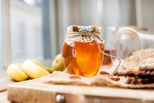 Thee Noten Honing In Een Pot En Een Banaan Op Een Houten Tafel In De Buurt Van Het Oog Gezond Ontbijt Vintage Foto Stockfoto en meer beelden van Amandel - Noot
