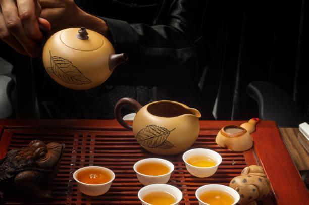 tee-party auf der chinesischen tradition - dekorierte schnapsflaschen stock-fotos und bilder