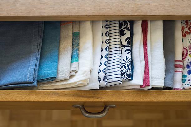 geschirrtücher, die in eine schublade der esstisch - küchenorganisation stock-fotos und bilder
