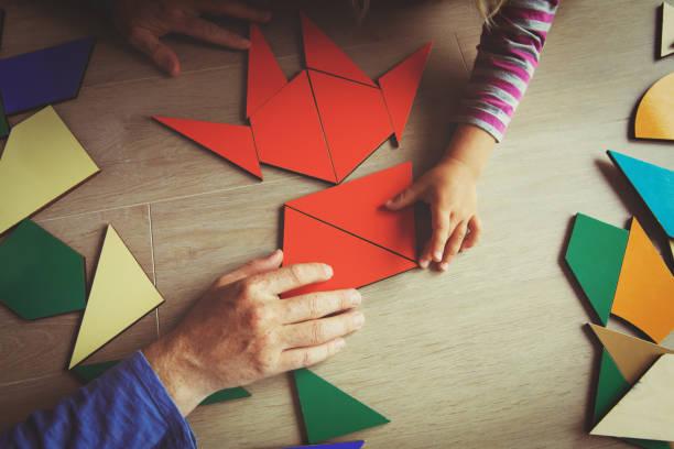 Profesor y niño jugando con Formas geométricas - foto de stock