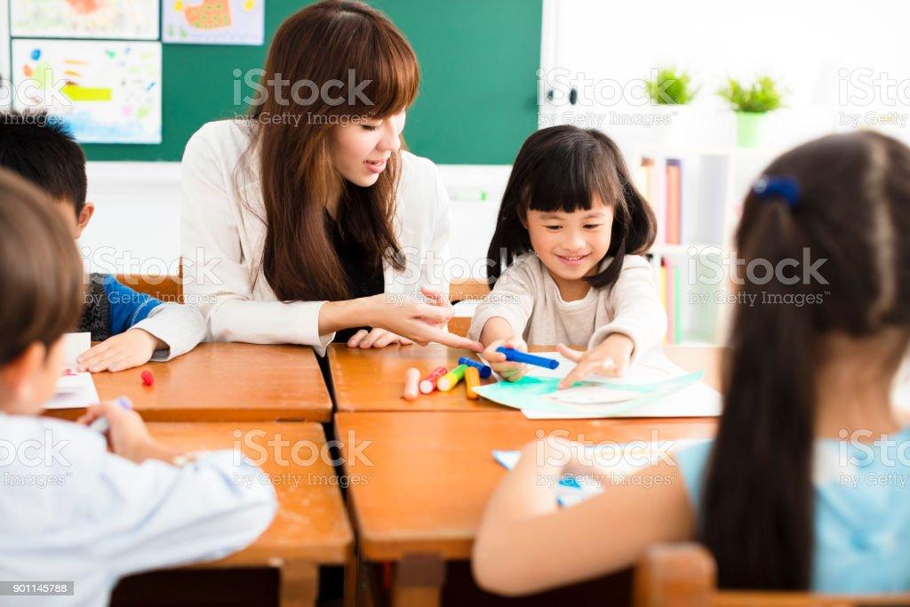 老師和孩子們在教室裡畫畫圖像檔