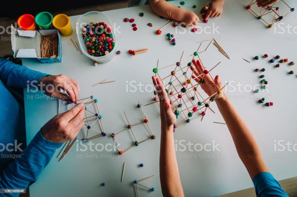 Maestro Y Los Niños Haciendo Formas Geométricas De Palillos Y Plastilina Foto De Stock Y Más Banco De Imágenes De Aprender Istock