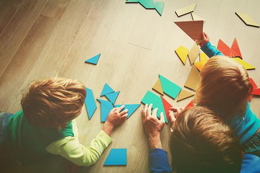 Öğretmen Ve Geometrik Şekillerle Oynayan Çocuklar Stok Fotoğraflar & Adamlar'nin Daha Fazla Resimleri