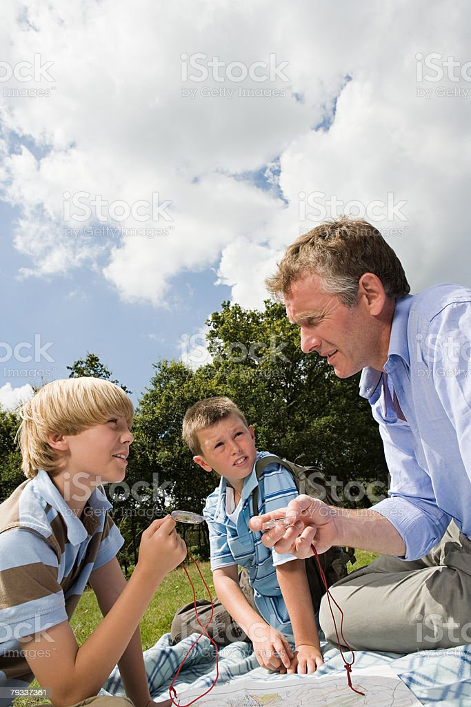 Professor e alunos na viagem de campo - foto de acervo