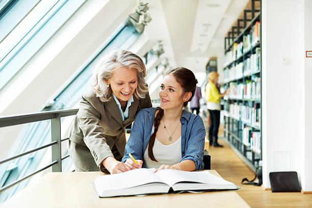 lehrer und schüler - deutsche bibliothek stock-fotos und bilder