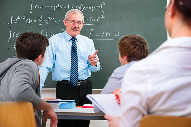 insegnante e gli studenti della scuola superiore - professore di scuola superiore foto e immagini stock