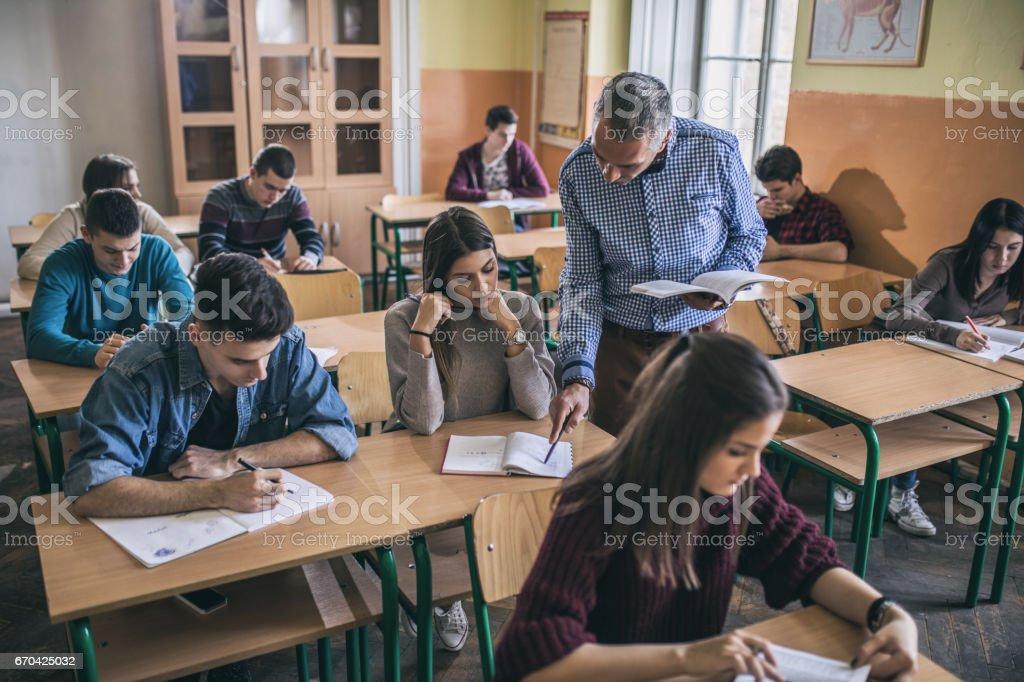 Lehrer eine Studentin mit dem Studium im Unterricht zu unterstützen. – Foto