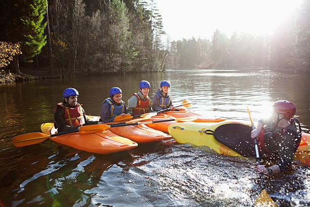 Enseignant capsizing encore kayak sur lac - Photo