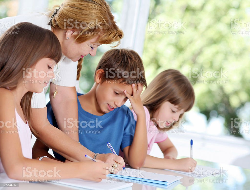 Teacher explaining to schoolchildren the task. royalty free stockfoto
