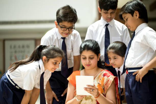 Lehrer erklärt Schülern mit digitalem Tablet – Foto