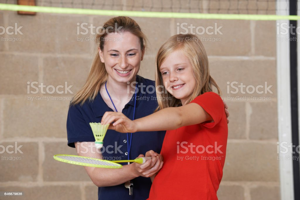 Teacher Giving Female Pupil Badminton Lesson – zdjęcie