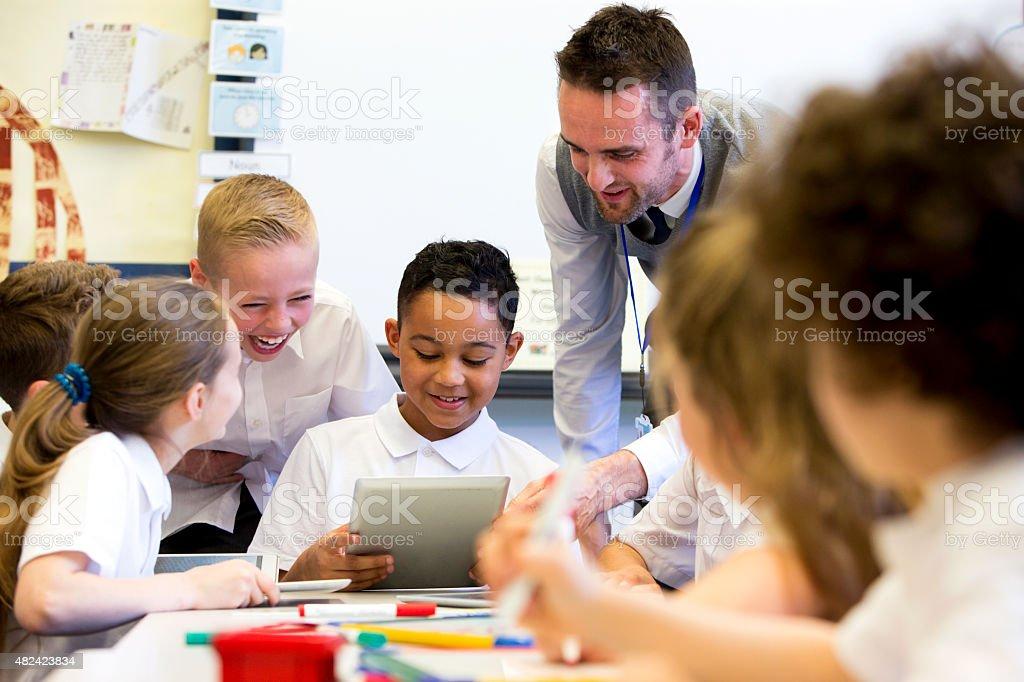 Professora feliz na escola - foto de acervo