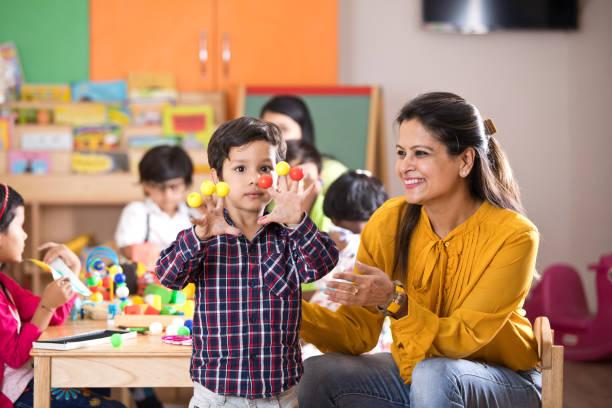 Lehrer hat Spaß mit Vorschuljunge – Foto
